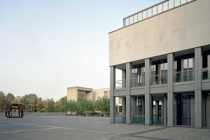 Platz vor der Europäischen Rechtsakademie